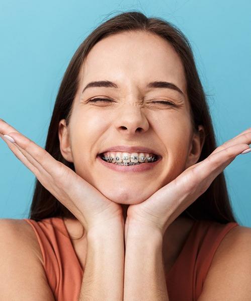 femme portant un appareil dentaire